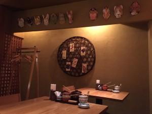 壁におめんのようなものが飾られているIMG_0808